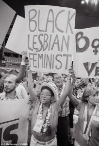 Attivista lesbica durante una Convention