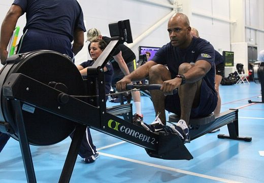 L'indoor rower e i benefici del vogare in casa o in palestra